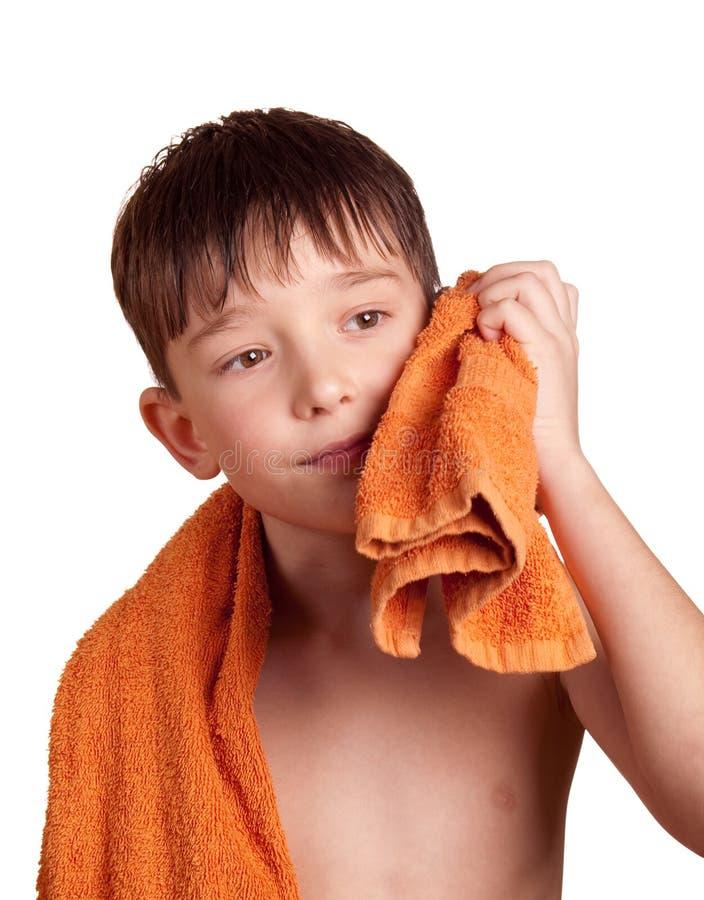 Un garçon après bain image stock