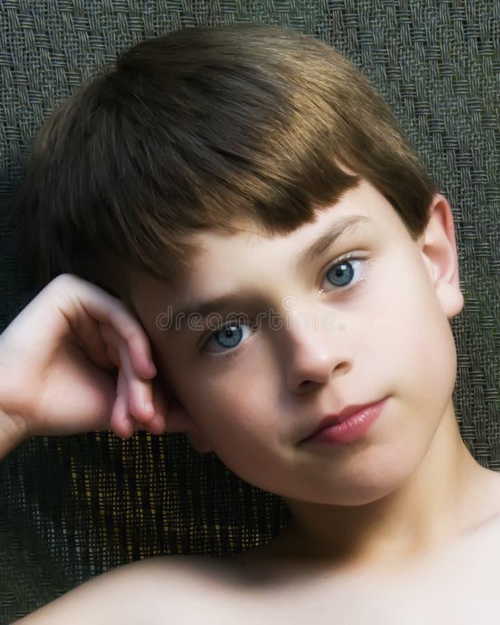 Un garçon avec des œil bleu. image libre de droits