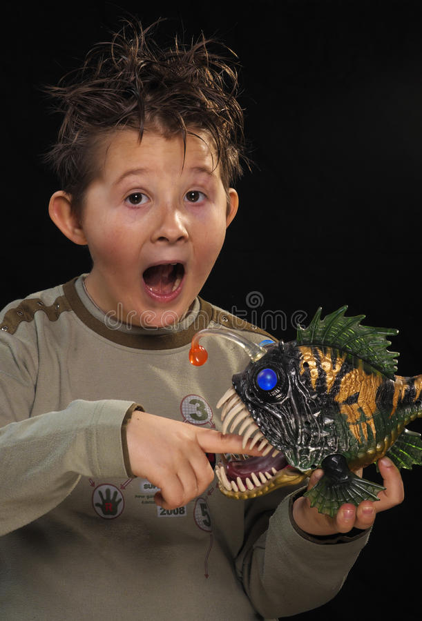 Un garçon avec un poisson. photographie stock