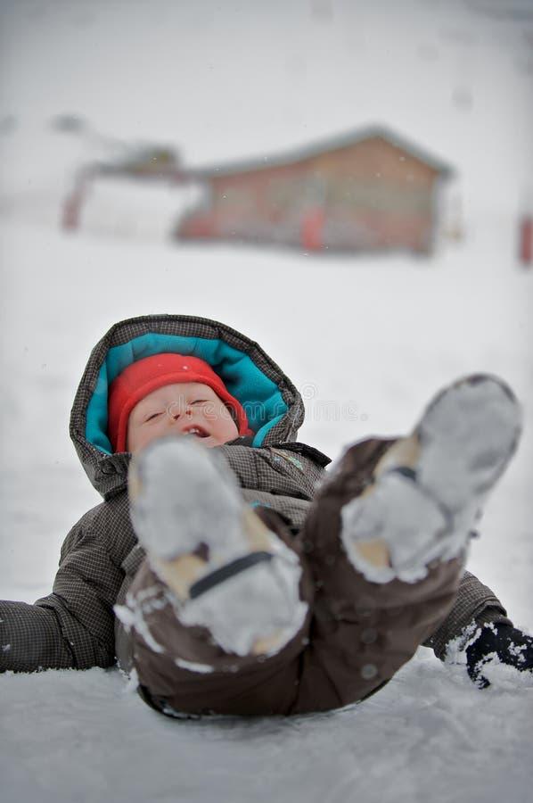 Un garçon dans la neige photo stock