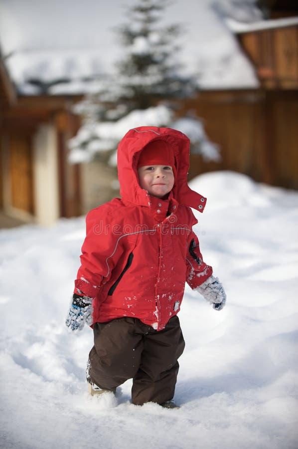 Un garçon dans la neige image libre de droits