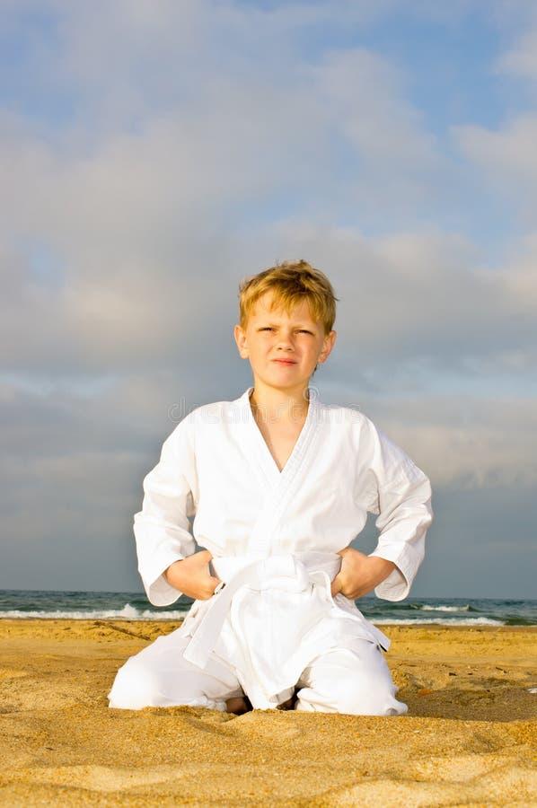 Un garçon dans un kimono photographie stock libre de droits