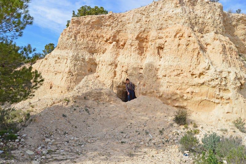 Un garçon dans une caverne photo libre de droits
