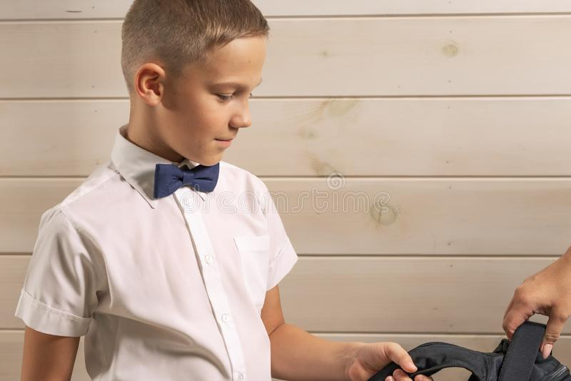 Un garçon de 10 ans se prépare à l'école après une longue interruption d'été De nouveau ? l'?cole photographie stock libre de droits