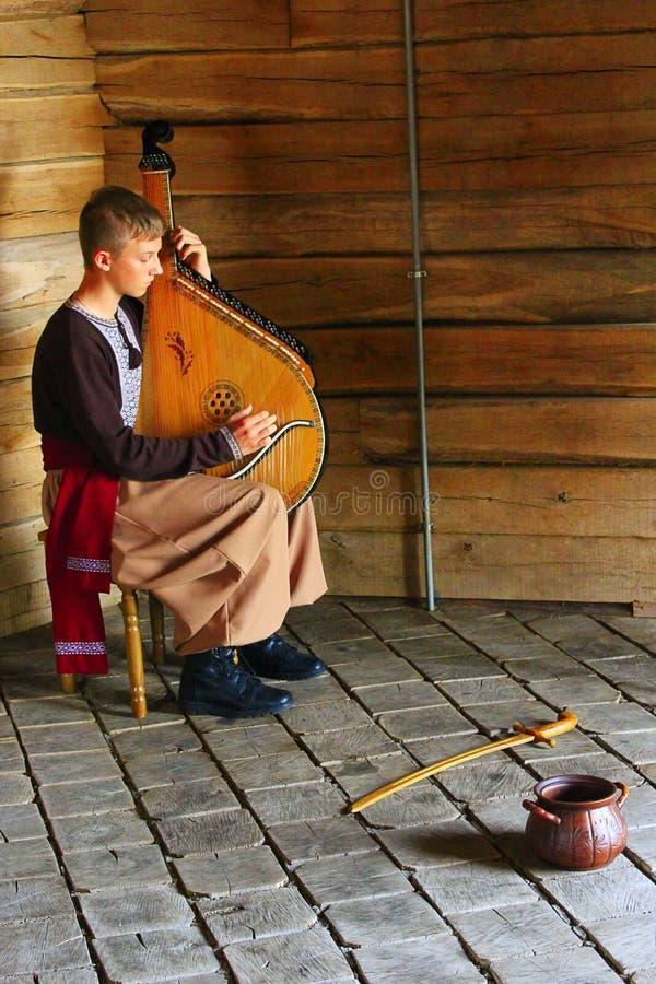 Un garçon de bandura gagne sa vie en jouant avec un bandura images libres de droits