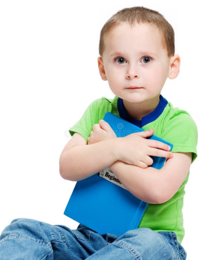 Un garçon et son livre images libres de droits