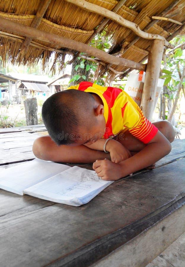 Un garçon faisant le travail images stock