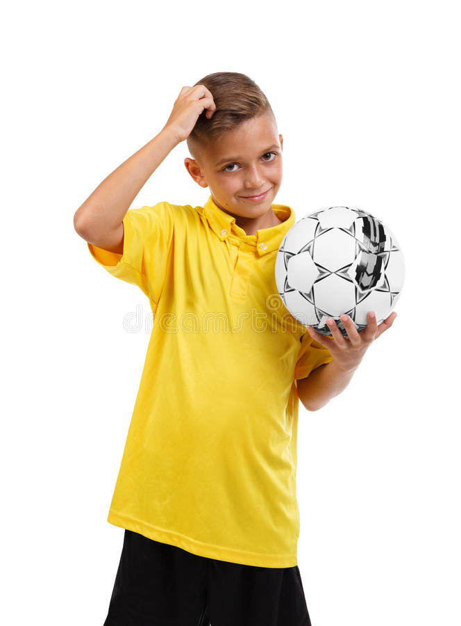 Un garçon heureux avec une boule Écolier actif Jeune joueur de football sur un fond blanc Concept du football d'école photo libre de droits
