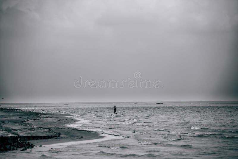 Un garçon jouant avec de l'eau photographie stock
