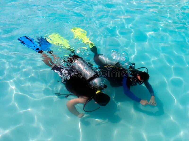 Un garçon prenant des leçons de plongée à l'air. images stock