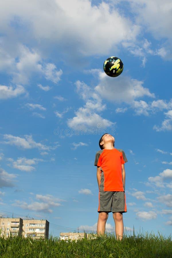 Un garçon regarde la boule dans le ciel images stock
