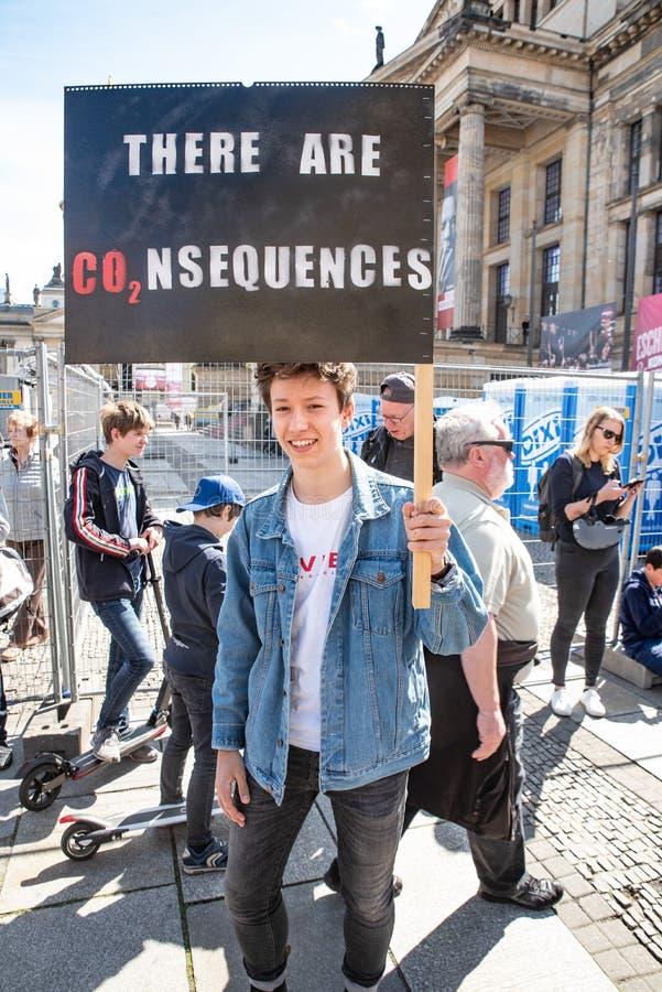 Un garçon retardant un signe, protestant la sortie de CO2 photographie stock libre de droits