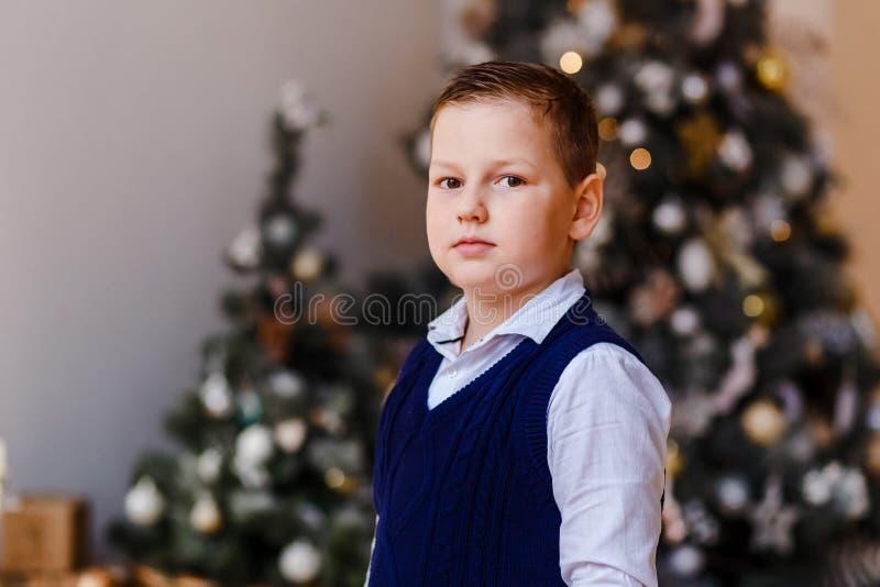 Un garçon sérieux de huit ans en chemise photo libre de droits