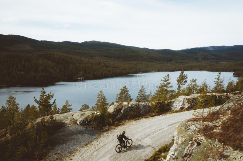 Un garçon sur son vélo photo libre de droits
