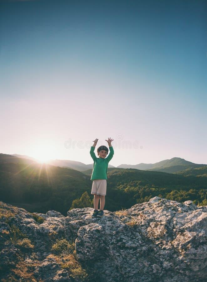 Un garçon sur une montagne photos stock