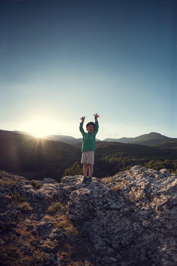 Un garçon sur une montagne images libres de droits