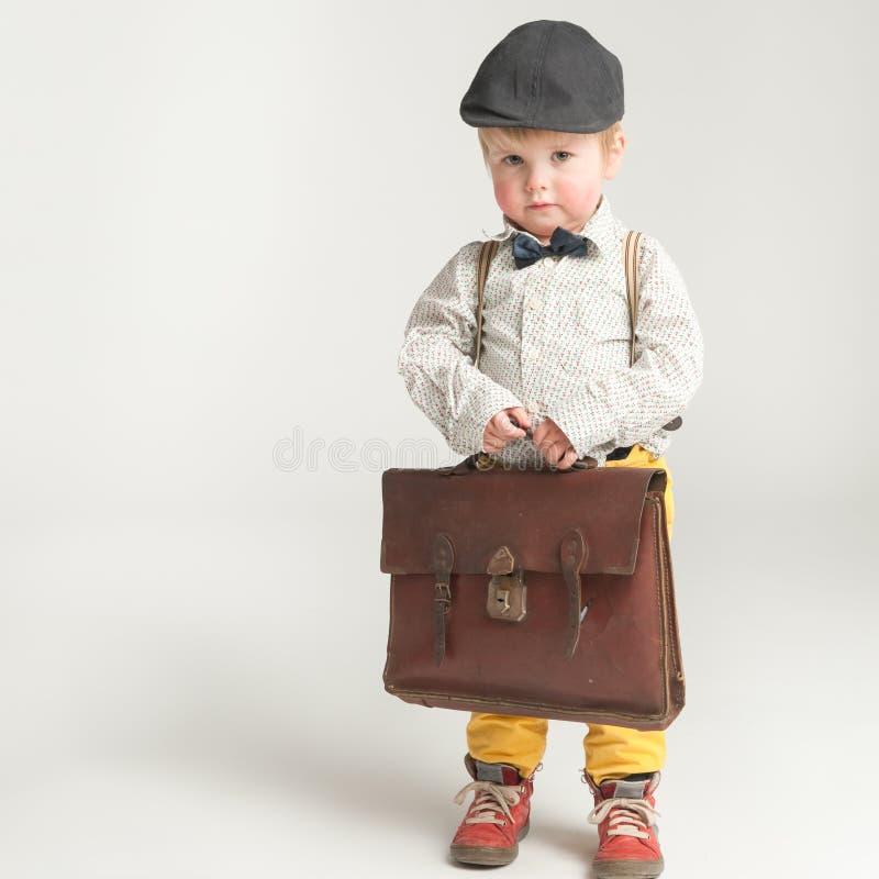 Un garçon timide prêt pour l'école image stock