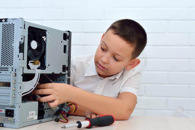 Un garçon travaille sur l'ordinateur photo libre de droits