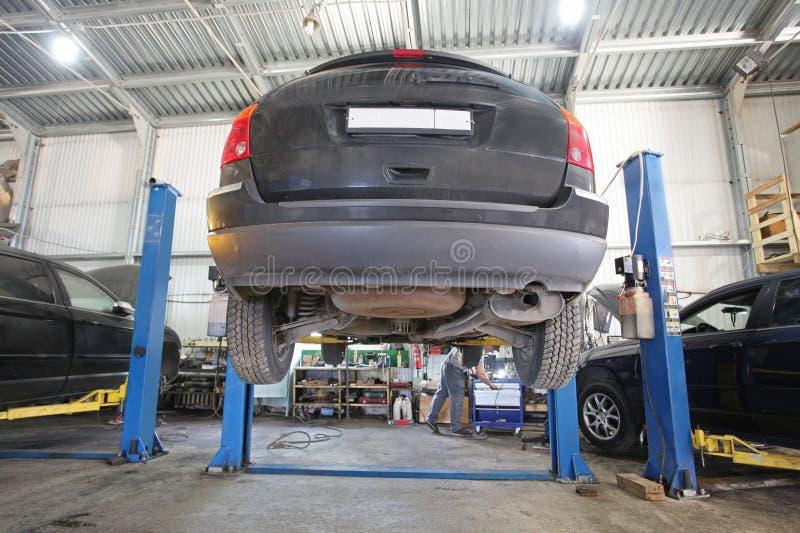 Un garage de réparation de voiture images libres de droits