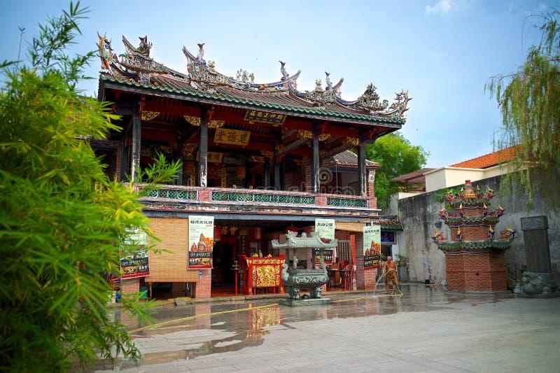 Un gardien nettoyant la cour du temple chinois à Penang photos stock