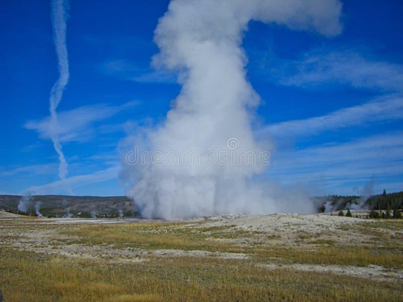 un geyser nelle montagne rocciose immagine stock