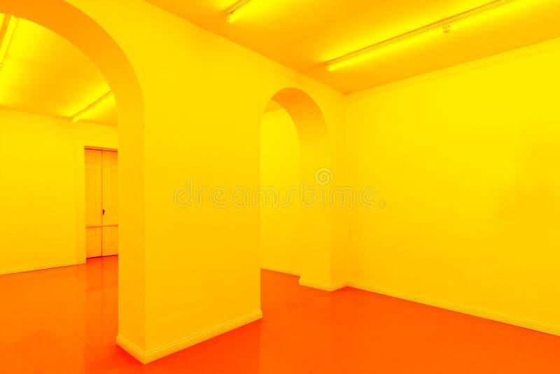 Un giallo e un interno vuoto arancio della stanza fotografia stock