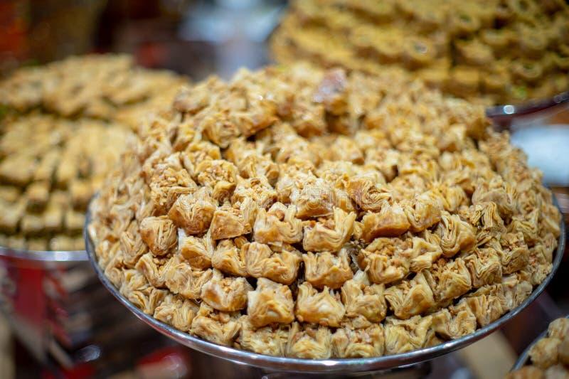 Un gigante plat lleno de dulces árabes imagenes de archivo