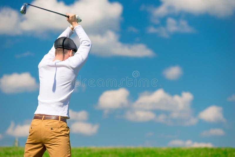 Un giocatore di golf aggressivo diabolico rompe il suo club di golf dopo la perdita immagine stock libera da diritti