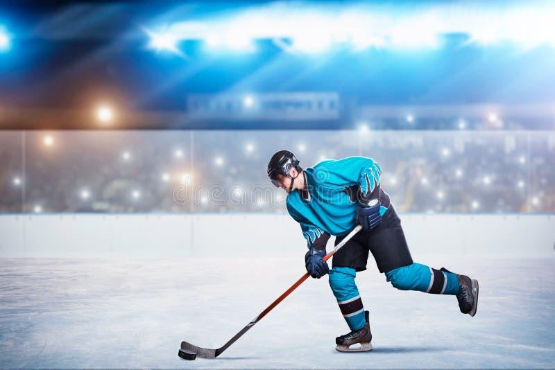 Un giocatore di hockey su ghiaccio nell'azione, arena immagine stock