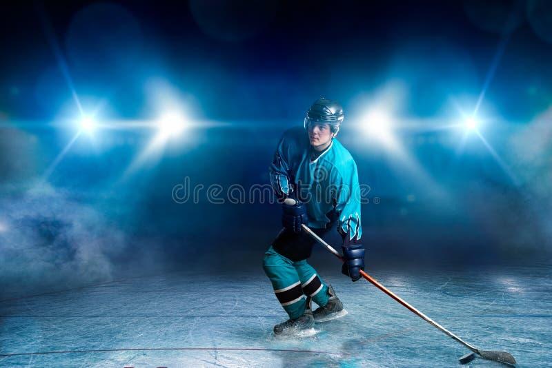 Un giocatore di hockey su ghiaccio, riflettori su fondo immagine stock