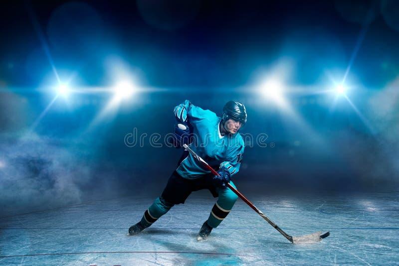 Un giocatore di hockey su ghiaccio, riflettori su fondo fotografie stock libere da diritti