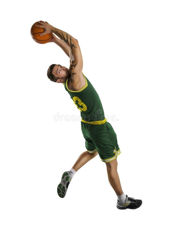Un giocatore di pallacanestro salta l'isolamento fotografie stock