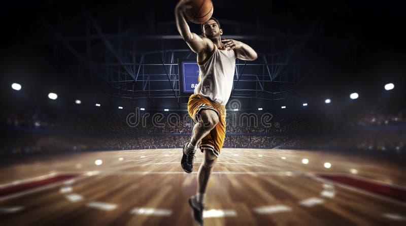 Un giocatore di pallacanestro salta nella vista di panorama dello stadio immagini stock libere da diritti