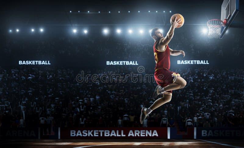 Un giocatore di pallacanestro salta nella vista di panorama dello stadio fotografia stock libera da diritti