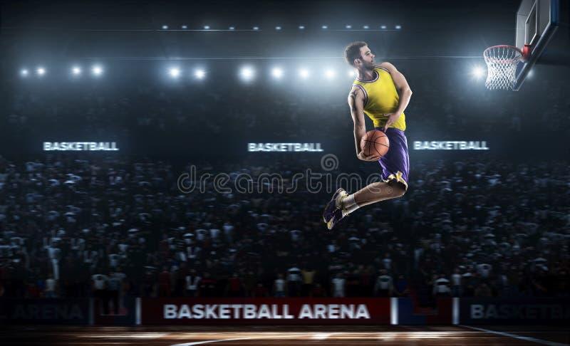 Un giocatore di pallacanestro salta nella vista di panorama dello stadio immagine stock libera da diritti