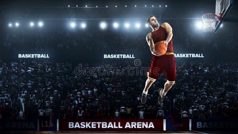 Un giocatore di pallacanestro salta nella vista di panorama dello stadio fotografie stock libere da diritti