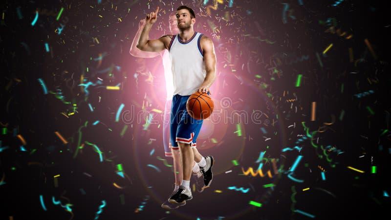 Un giocatore di pallacanestro sul selebrating fotografia stock