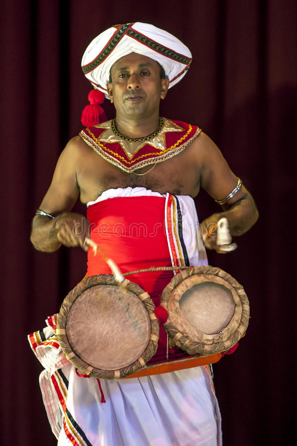 Un giocatore di Thammattam esegue alla manifestazione del teatro di Esala Perahera a Kandy nello Sri Lanka immagini stock