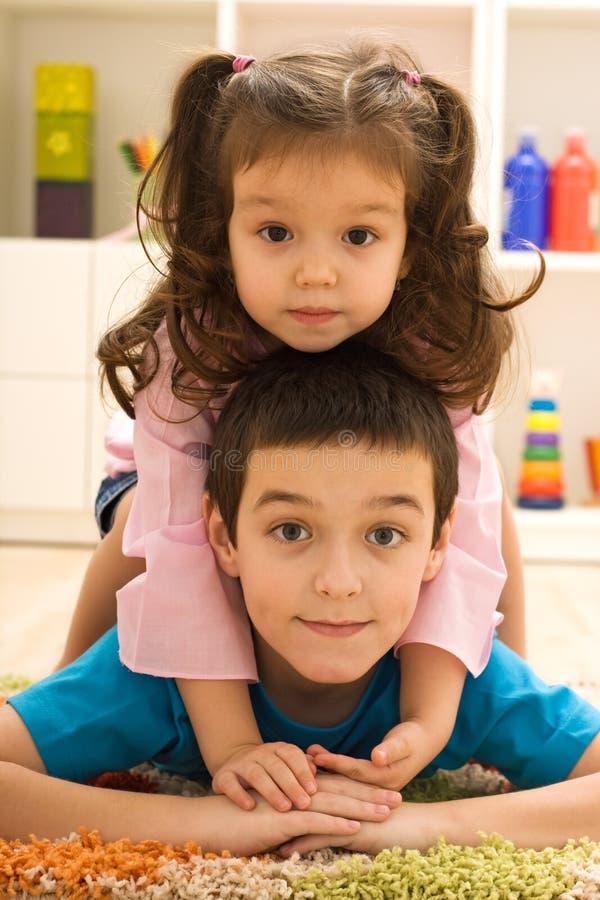 Un gioco dei due bambini fotografia stock