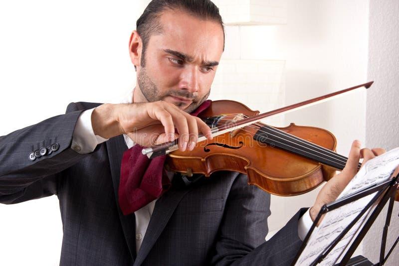 Un gioco del violinista il suo violino immagini stock libere da diritti