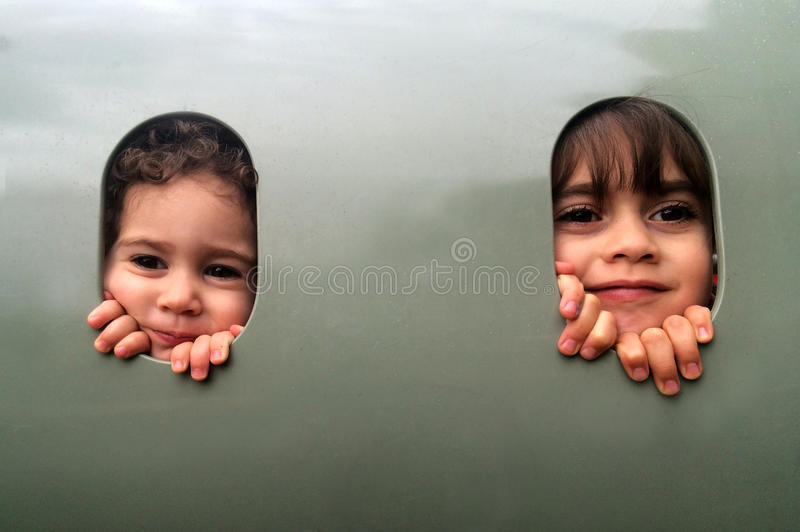Un gioco di due sorelle insieme in campo da giuoco immagini stock libere da diritti