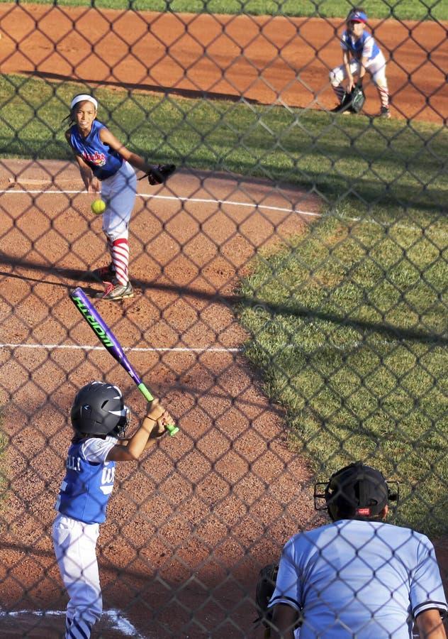 Un gioco di softball delle ragazze della piccola lega di Summerlin immagini stock libere da diritti