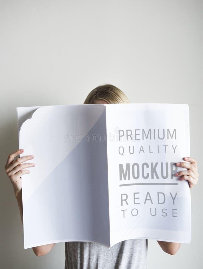 Un giornale della lettura della donna isolato fotografie stock