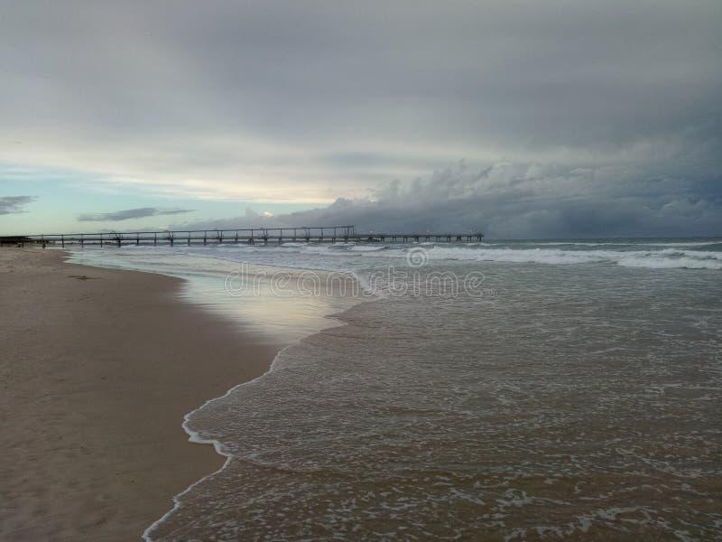 Un giorno grigio ma una bella alba fotografia stock libera da diritti