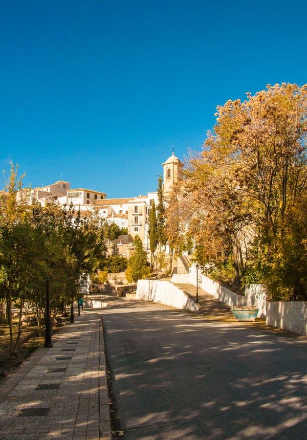 Un giorno luminoso di autunno nella città di Montefrio fotografia stock libera da diritti