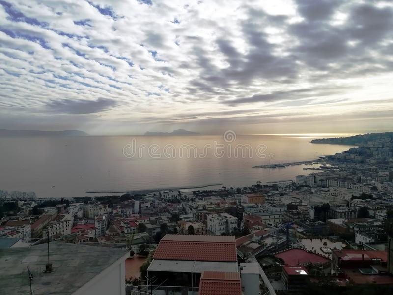 Un giorno nuvoloso, il mare e Capri fotografia stock