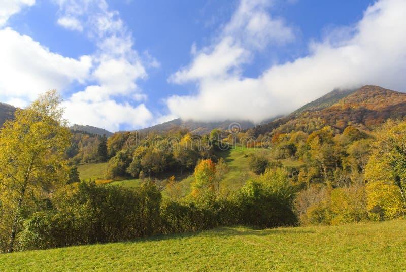 Un giorno soleggiato nelle alpi in autunno immagine stock