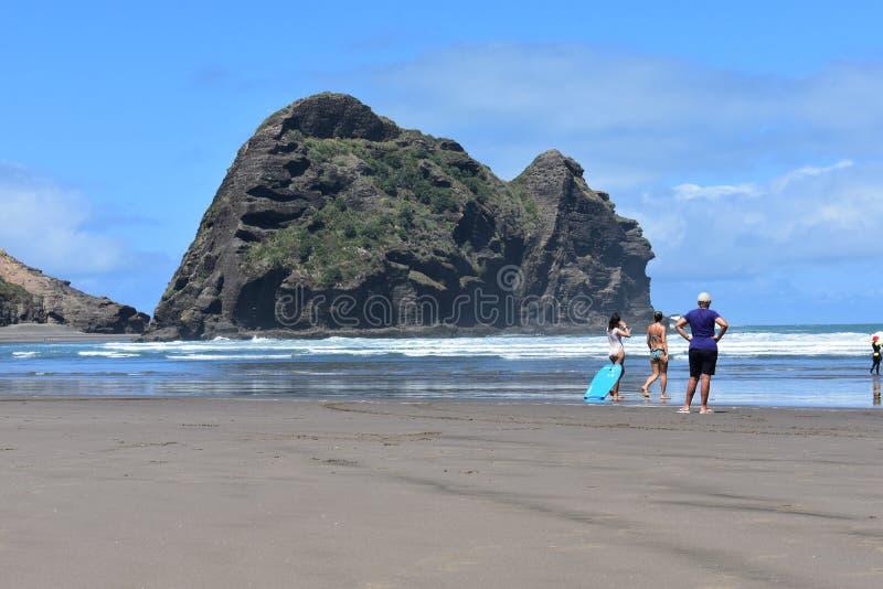 Un giorno soleggiato per praticare il surfing fotografie stock libere da diritti