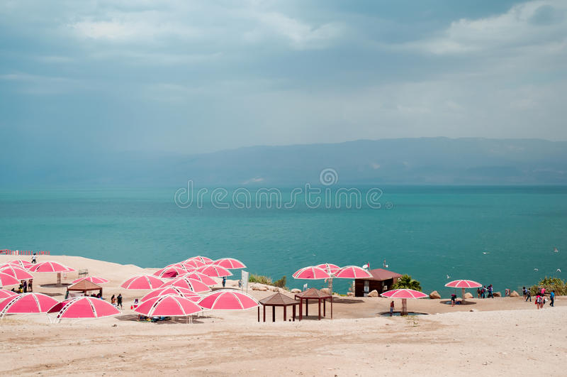 Un giorno soleggiato piacevole alla località di soggiorno del mar Morto l'israele fotografia stock libera da diritti