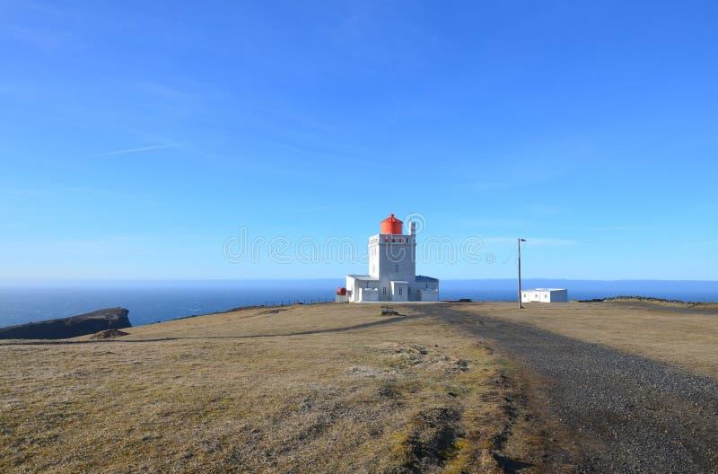 Un giorno splendido al faro di Dyrholaey in Islanda fotografie stock